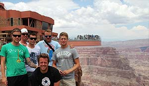 Gruppfoto på från en busstur till Grand Canyon med Skywalk