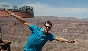 Joel Gunnarsson framför Grand Canyon Skywalk en solig dag