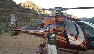 Joel framför helikopter i Grand Canyon
