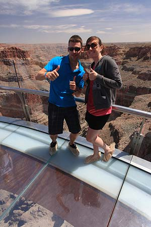 Stående på mitten av Grand Canyon Skywalk