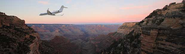 Flygplan i Grand Canyon vid skymning.