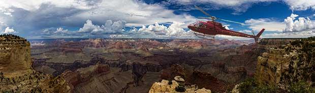 En helikopter som flyger i Grand Canyon på en tur.