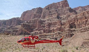 Helikopter går in för landning i Grand Canyon