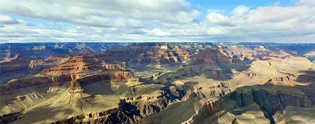 En vacker vy av södra Grand Canyon med perfekt ljust och skuggor från molnen.